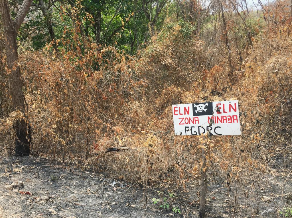 Letrero de advertencia instalado en el camino que conduce al  corregimiento de Micoahumado, municipio de Morales. Marzo 2019. Foto: La  Liga Contra el Silencio