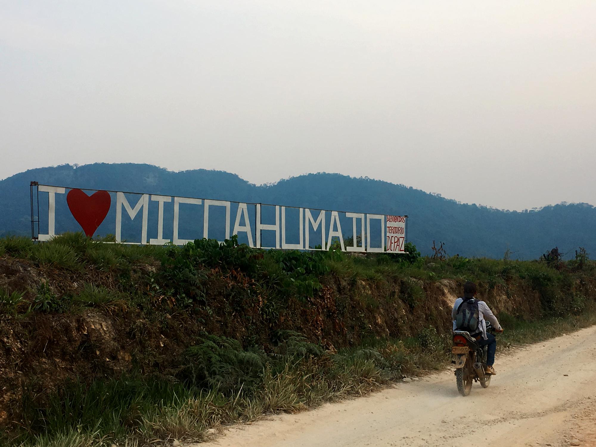 Letrero de bienvenida al corregimiento de Micoahumado, municipio de Morales, sur de Bolívar. Foto: La Liga Contra el Silencio